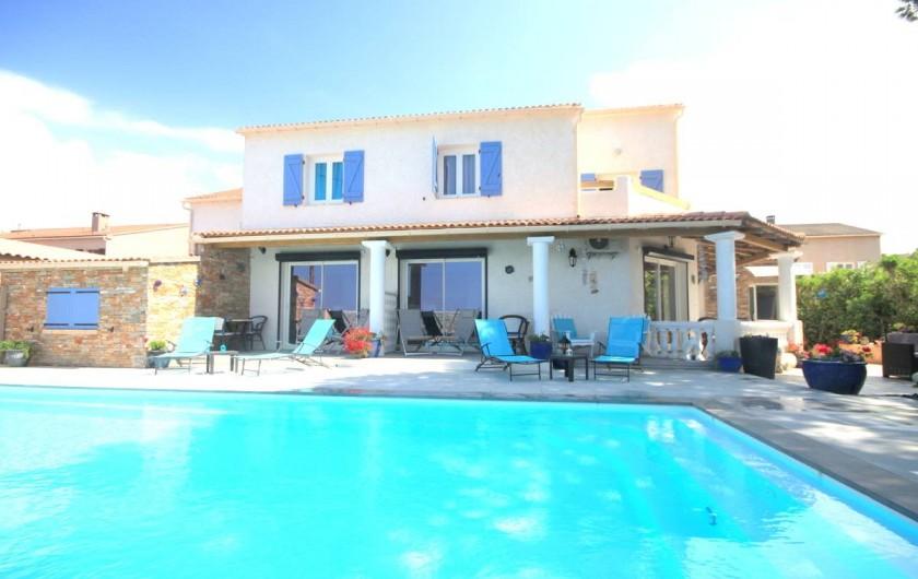 Location de vacances - Appartement à Saint-Florent - Piscine et terrasse du logement.