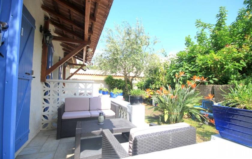 Location de vacances - Appartement à Saint-Florent - Votre terrasse coté jardin.