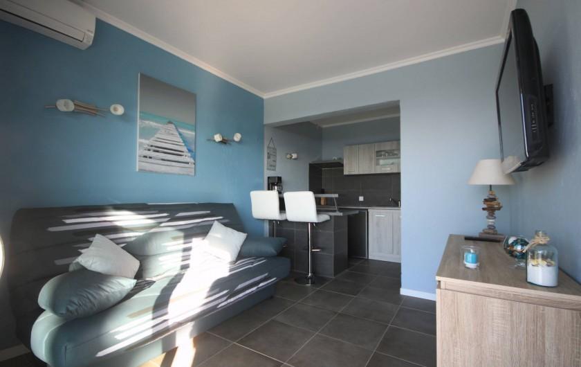 Location de vacances - Appartement à Saint-Florent - Séjour et coin cuisine.