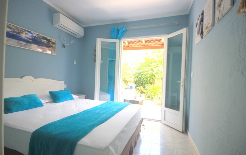 Location de vacances - Appartement à Saint-Florent - Chambre coté jardin avec lit queen size (160x200)