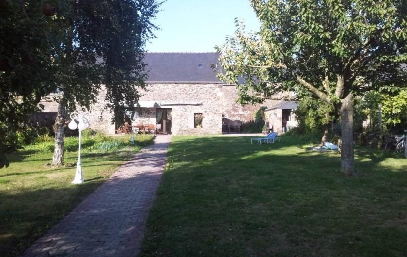 Location de vacances - Chambre d'hôtes à Hirel - la maison vue du jardin
