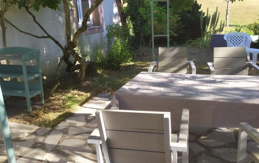 Location de vacances - Appartement à Bagnac-sur-Célé - Terrasse privative  située côté ouest