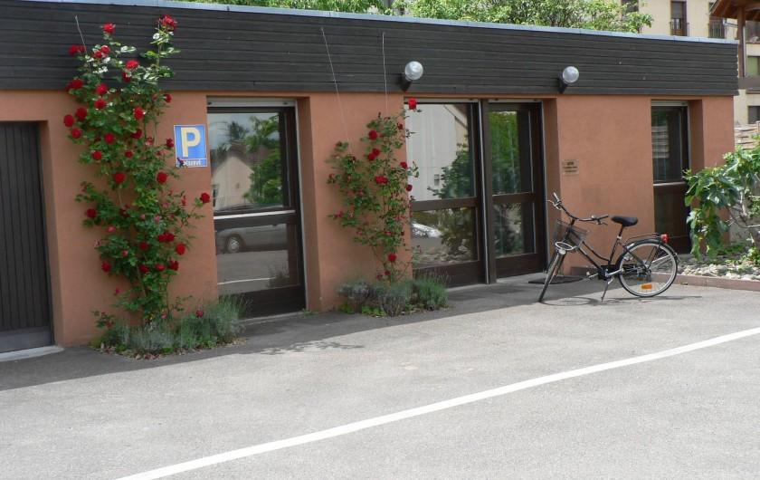 Location de vacances - Gîte à Ribeauville - Extérieur avec parking privatif et vélo
