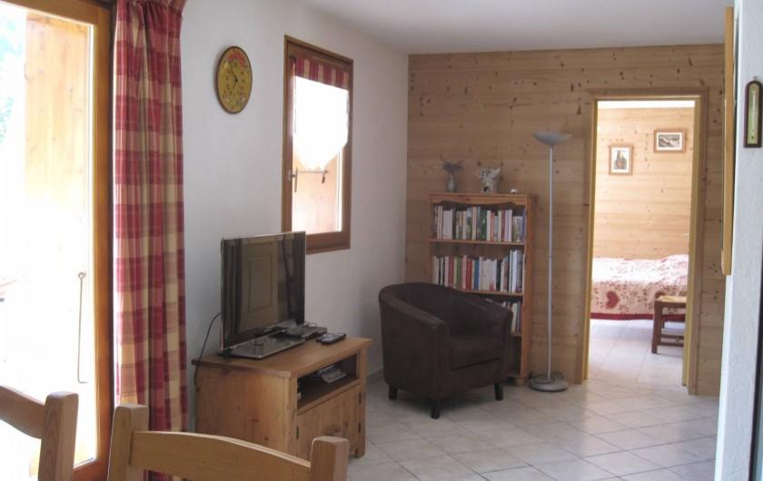 Location de vacances - Chalet à Le Grand-Bornand - le séjour et au fond la chambre .