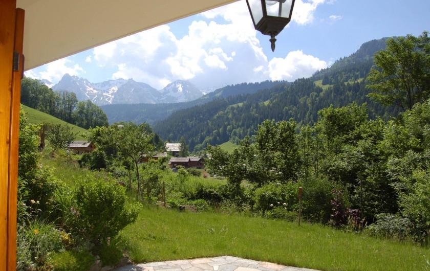 Location de vacances - Chalet à Le Grand-Bornand - par la fenêtre l'été......