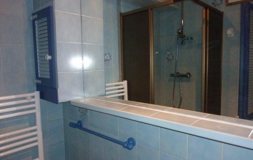 Location de vacances - Appartement à Saint-Sorlin-d'Arves - Cabinet de toilette: cabine de douche, sèche serviettes,