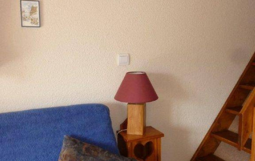 Location de vacances - Appartement à Saint-Sorlin-d'Arves - Coin salon : canapé clic clac  TV