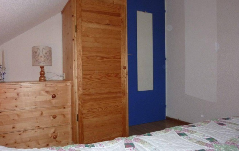 Location de vacances - Appartement à Saint-Sorlin-d'Arves - Chambre 1:  fenêtre, commode et penderie