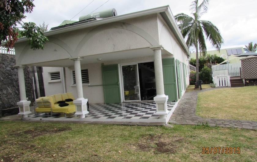 Location de vacances - Villa à Bois De Nèfles - Terrasse couverte et jardin