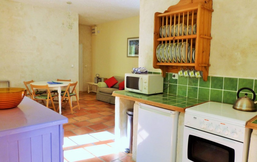 Location de vacances - Gîte à Branoux-les-Taillades - Les Chataigners (4/5 pers) salon avec coin cuisine