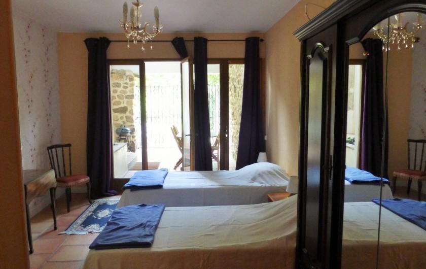 Location de vacances - Gîte à Branoux-les-Taillades - Château apartment chambre familiale (2 ou 3 lits + douche et toilette)