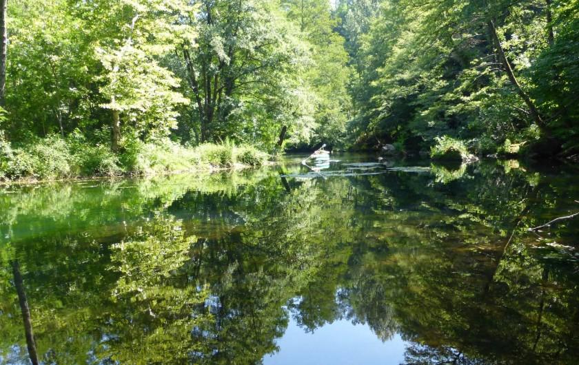 Location de vacances - Gîte à Branoux-les-Taillades - Le Gardon à bord du parc du Château ou vous pouvez pecher et se baigner