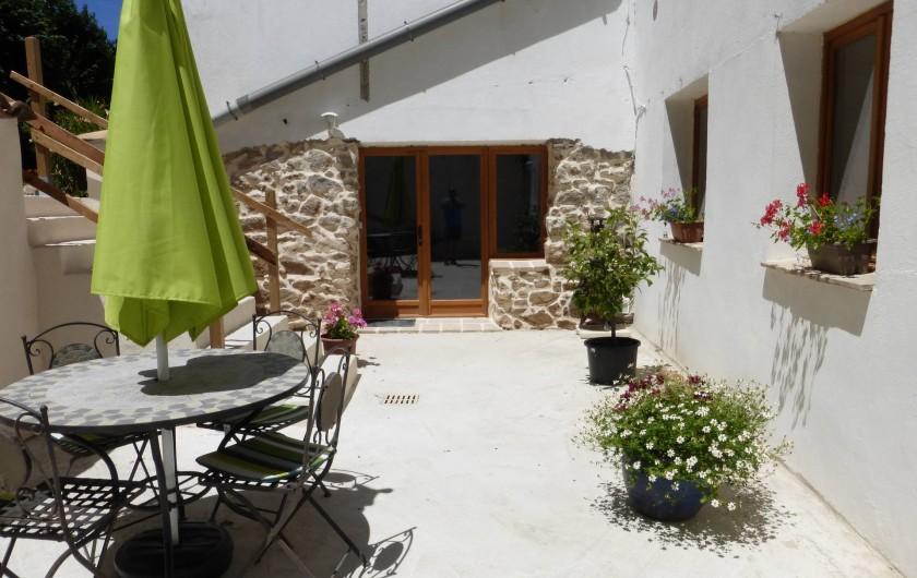 Location de vacances - Gîte à Branoux-les-Taillades - Les Acacias: terrasse avec salon de jardin