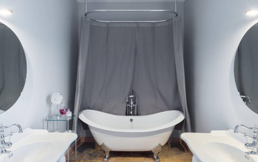 Location de vacances - Chambre d'hôtes à Pierreclos - Salle de bain de la suite des Comtes
