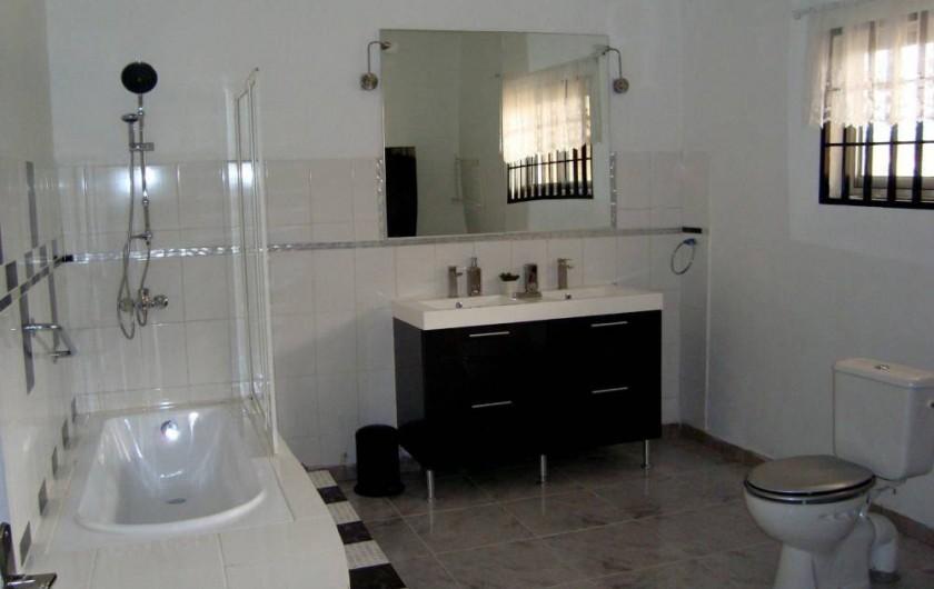 Location de vacances - Appartement à Yaoundé - Salle d'eau Chambre Principale Dahlia 3 ch