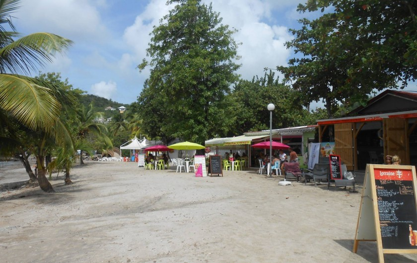 Location de vacances - Appartement à Les Trois-Îlets - restaurants sur la plage