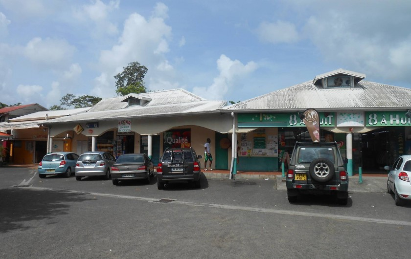 Location de vacances - Appartement à Les Trois-Îlets - centre commercial: supermarché,tabac, boulangerie,souvenirs, guichet bancaire