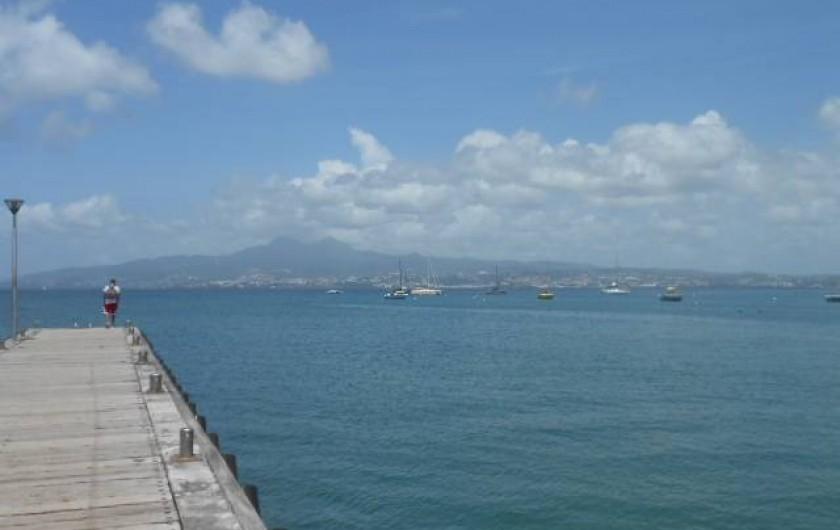 Location de vacances - Appartement à Les Trois-Îlets - vue vers Fort de France et le Nord, le bateau se prend sur ce ponton