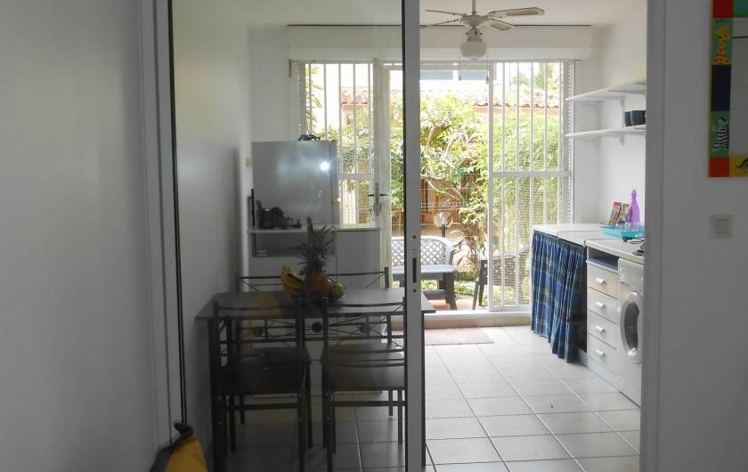 Location de vacances - Appartement à Les Trois-Îlets - vue depuis la pièce (cuisine et terrasse au fond)