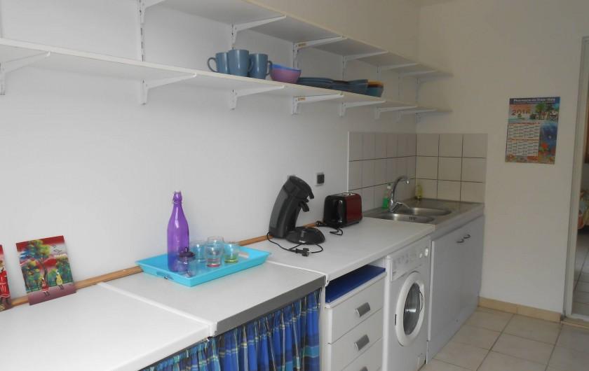 Location de vacances - Appartement à Les Trois-Îlets - Cuisine: frigo, gazinière, grille-pain, cafetière Senseo, micro-onde, barbecue