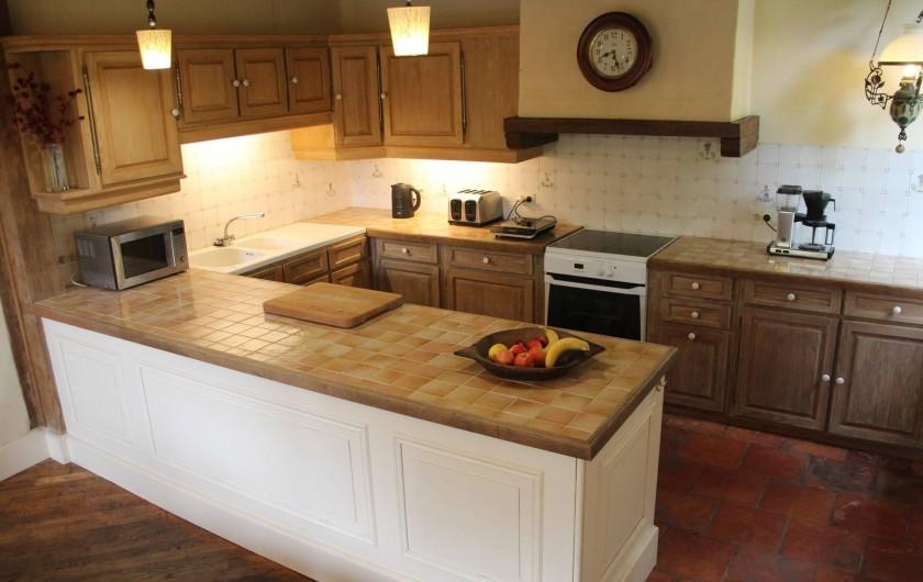 Location de vacances - Villa à Saint-Moreil - Derrière la salle à manger, une cuisine avec tous les appareils nécessaires