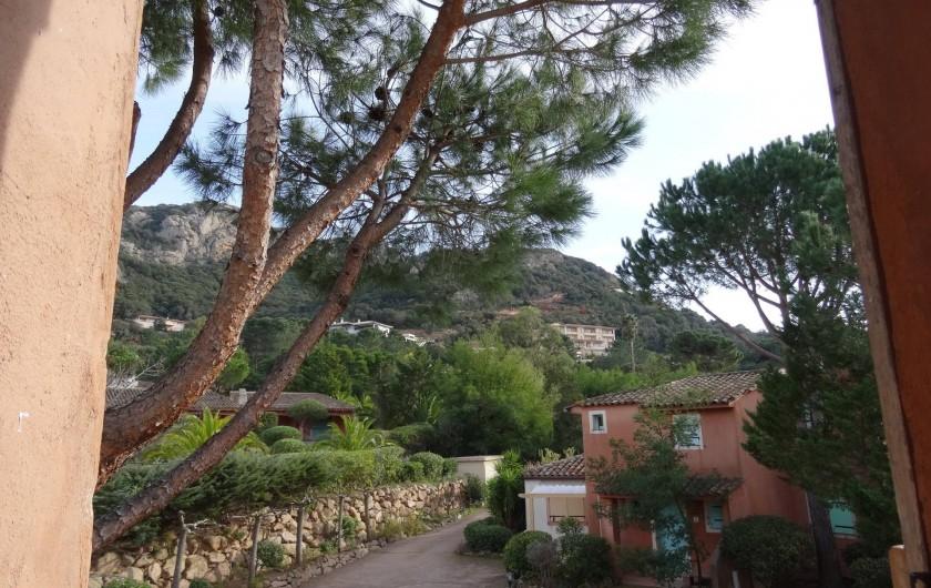 Location de vacances - Villa à Porto-Vecchio - La Vue côté Cuisine et Salle de Bains