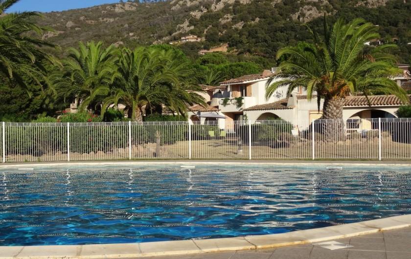Location de vacances - Villa à Porto-Vecchio - La  Villa vue depuis la Piscine