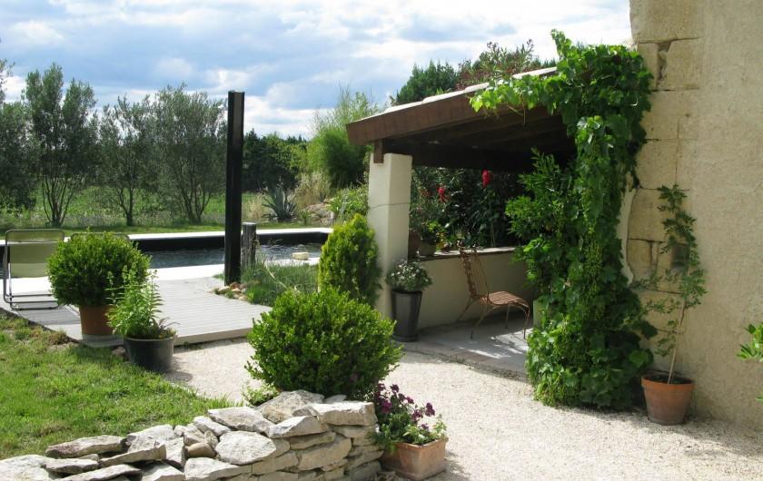 Location de vacances - Chambre d'hôtes à Saint-Geniès-de-Comolas - Le jardin et salon d'été