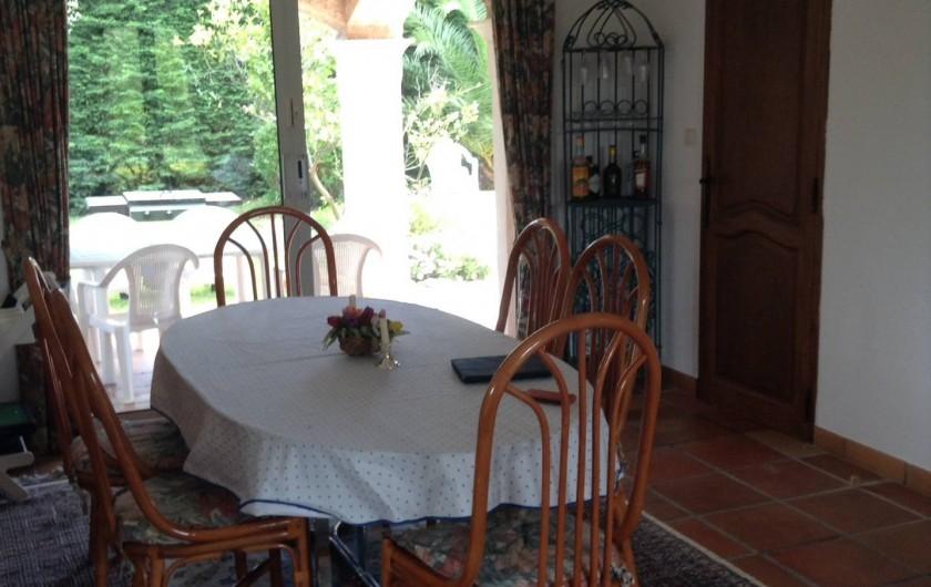 Location de vacances - Villa à Saint-Aygulf - Salle à manger donnant sur terrasse