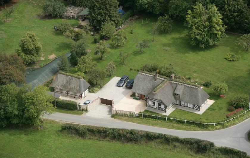 Location de vacances - Gîte à Saint-Pierre-Azif - vue aérienne du Gîte avec les 2 chaumières et le jardin  clos de 3400 m2