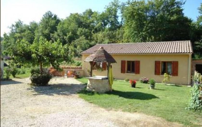 Location de vacances - Gîte à Siorac-en-Périgord - le devant de la maison ou vous pourrez laisser votre voiture