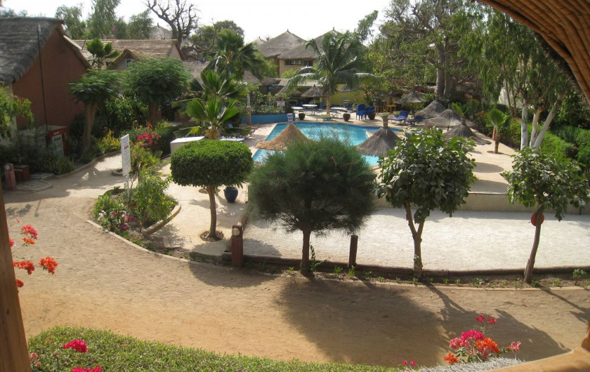 Location de vacances - Villa à Saly - Vue du 1er sur le terrain de boules, la piscine, au fond le bar.