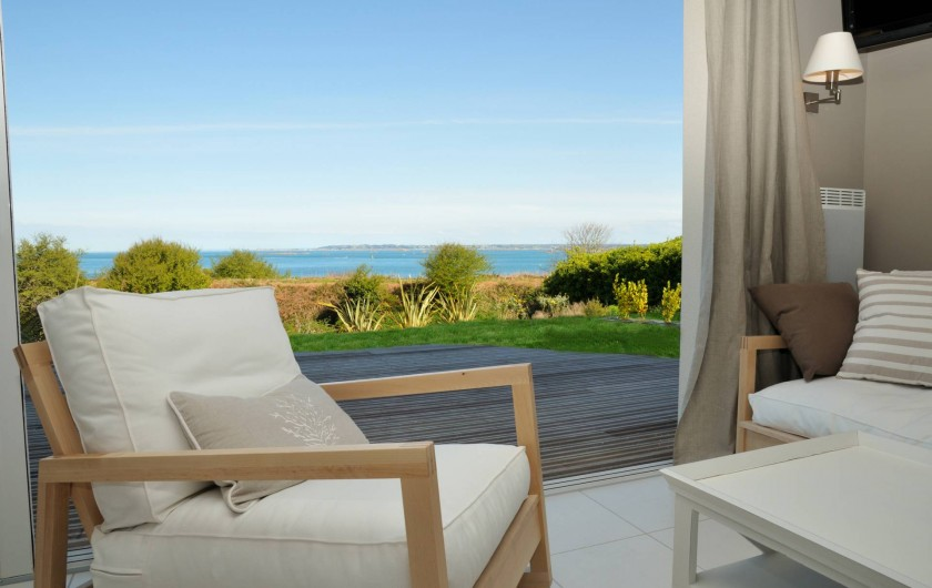 Location de vacances - Villa à Roscoff - salon avec terrasse vue mer