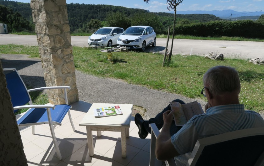 Location de vacances - Maison - Villa à Salavas - Petite terrasse couverte côté soleil couchant