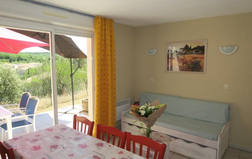 Location de vacances - Maison - Villa à Salavas - terrasse et pièce à vivre très ensoleillées