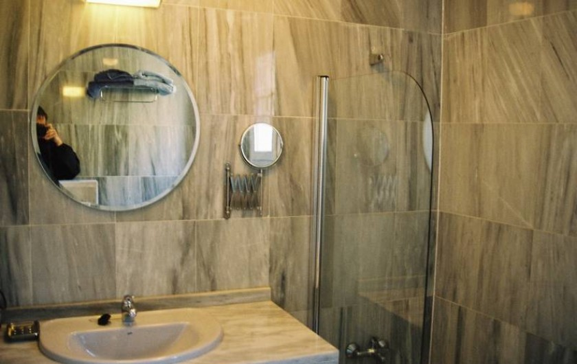Location de vacances - Appartement à Marbella - En suite bathroom, both bathrooms are full and identical.
