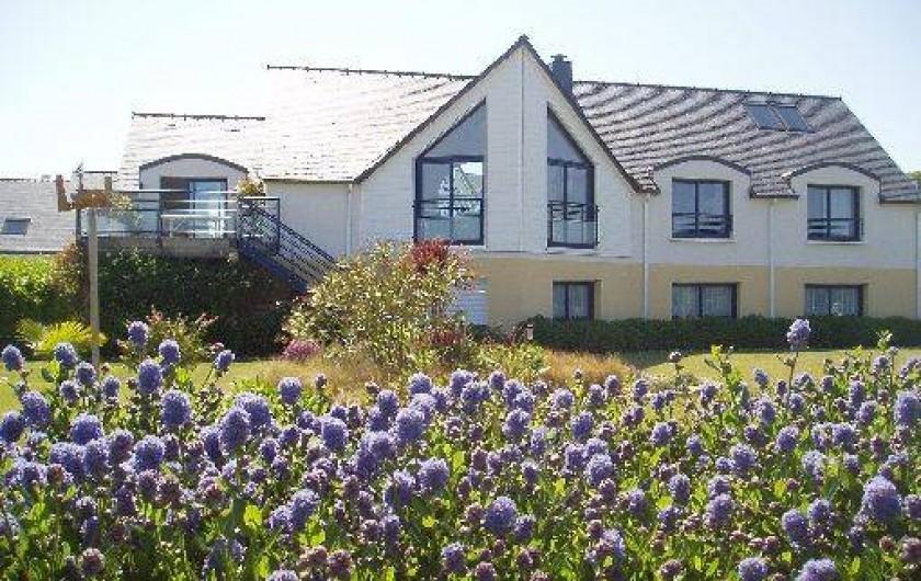 Location de vacances - Gîte à Saint-Pol-de-Léon - La maison vue depuis le jardin