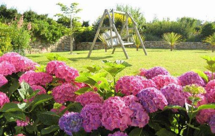 Location de vacances - Gîte à Saint-Pol-de-Léon - Le jardin en été