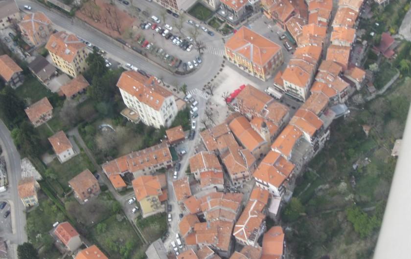 Location de vacances - Appartement à Saint-Martin-Vésubie - Vue aérienne mairie et apparentement à 50m de la place centrale