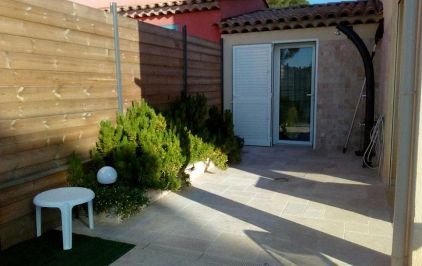 Location de vacances - Villa à Sainte-Maxime - douche extérieure
