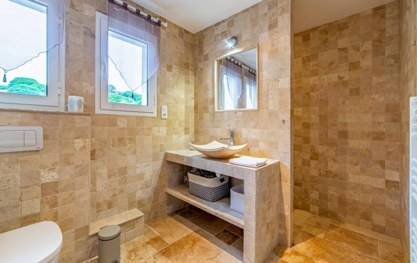 Location de vacances - Villa à Sainte-Maxime - douche en pierres d'Italie
