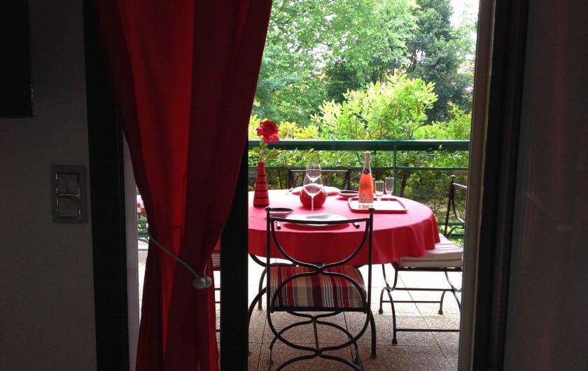 Location de vacances - Appartement à Biarritz - Coin repas terrasse