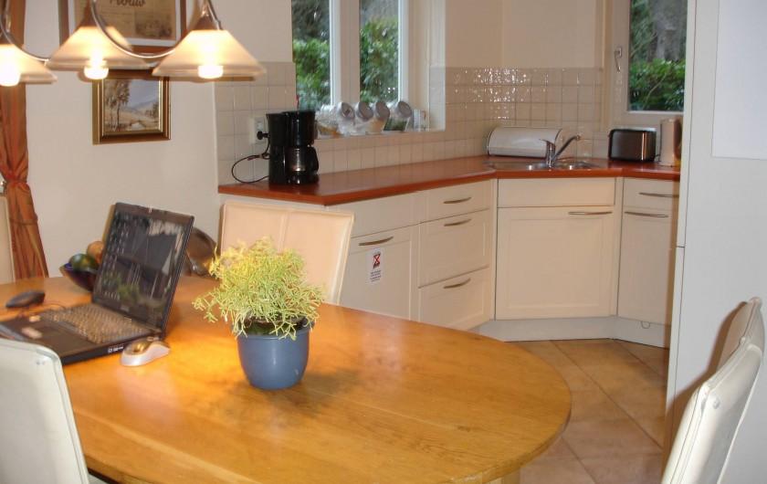 Location de vacances - Chalet à Beekbergen - eettafel naast ruime keukenhoek