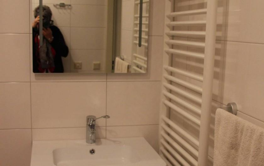 Location de vacances - Chalet à Beekbergen - wastafel in douche met wc t.b.v. rolstoelen