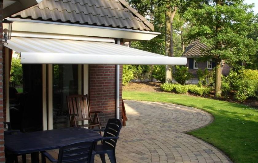 Location de vacances - Chalet à Beekbergen - terras naast huis met elektrisch zonnescherm