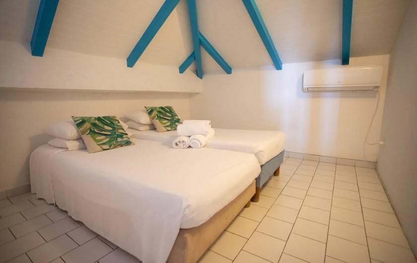 Location de vacances - Villa à Sainte-Anne - salle de bain du bas villa F4