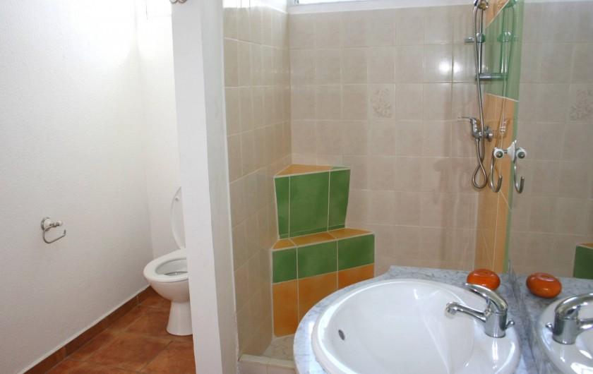 Location de vacances - Villa à Sainte-Anne - salle de bain du bas villa SIKWIYIE