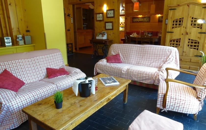 Location de vacances - Appartement à Saint-Lary-Soulan - Espace salon avec ses 2 canapés, 2 fauteuils et 2 poufs