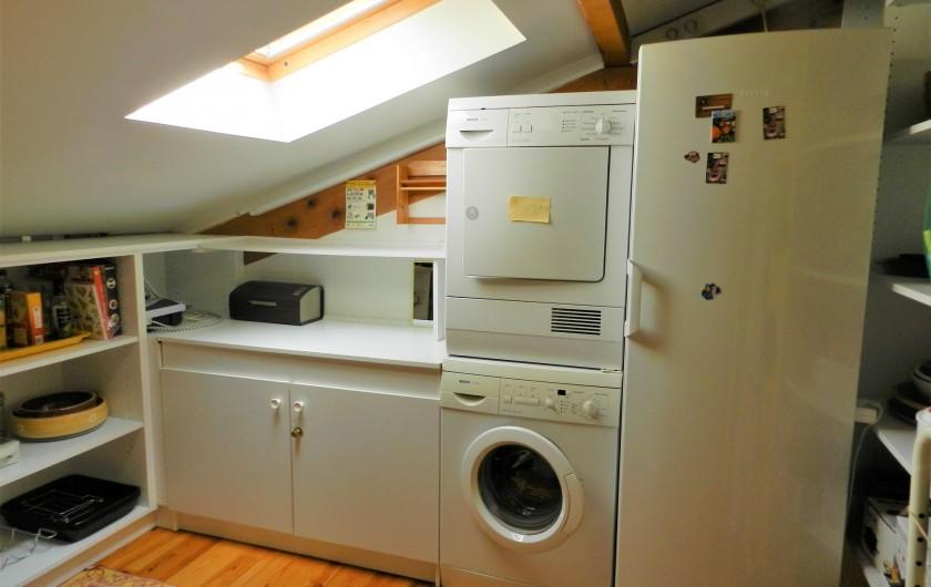 Location de vacances - Appartement à Saint-Lary-Soulan - buanderie , arrière cuisine avec lave et sèche linge et grand frigo