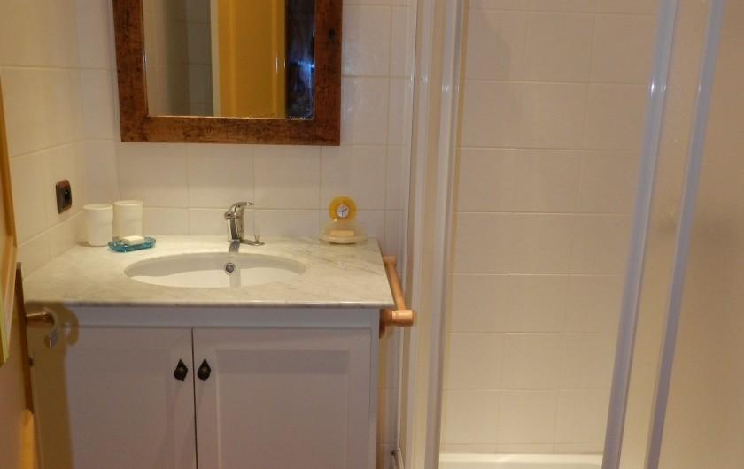 Location de vacances - Appartement à Saint-Lary-Soulan - salle d'eau donnant sur couloir chambres